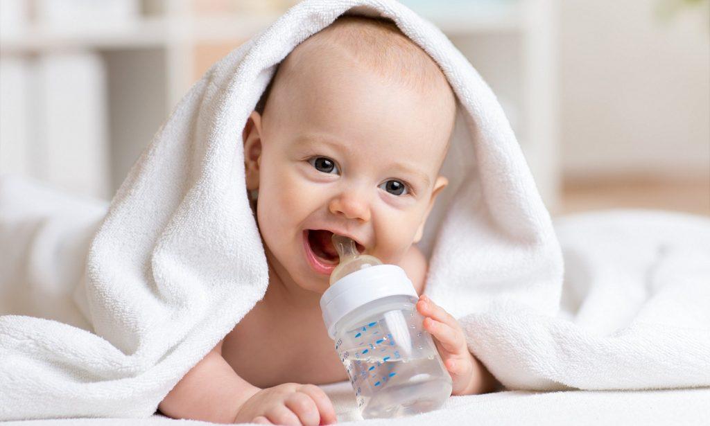 Bao giờ trẻ so sinh uống nước được?
